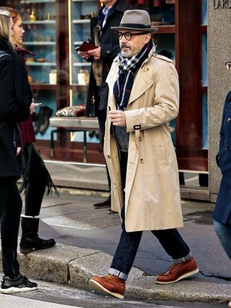 Wie kombinieren: hellbeige Trenchcoat, dunkelgraue Strickjacke mit einem Schalkragen, dunkelblaue Jeans, rotbraune Lederfreizeitstiefel