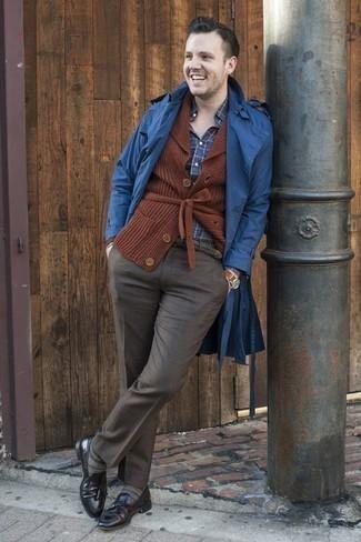 Dunkelblaues und grünes Langarmhemd mit Schottenmuster kombinieren – 3 Elegante Herren Outfits: Tragen Sie ein dunkelblaues und grünes Langarmhemd mit Schottenmuster und eine dunkelgraue Anzughose für eine klassischen und verfeinerte Silhouette. Fühlen Sie sich ideenreich? Wählen Sie schwarzen Leder Slipper mit Quasten.