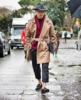 Beige Trenchcoat kombinieren: Kombinieren Sie einen beige Trenchcoat mit einer dunkelgrauen Wollchinohose, um einen eleganten, aber nicht zu festlichen Look zu kreieren. Fühlen Sie sich ideenreich? Vervollständigen Sie Ihr Outfit mit schwarzen Leder Slippern mit Quasten.