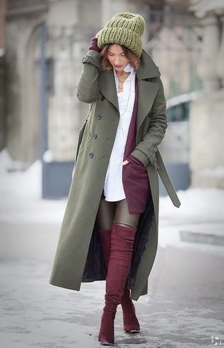 Wie kombinieren: olivgrüner Trenchcoat, dunkellila Strickjacke mit einer offenen Front, weißes Businesshemd, dunkelbraune Lederleggings