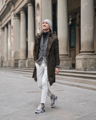 Wie kombinieren: brauner Trenchcoat, graue Strickjacke, dunkelgrauer Rollkragenpullover, weiße Jeans