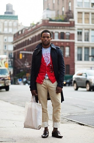 Wie kombinieren: schwarzer Trenchcoat, rote Strickjacke, weißes und rotes bedrucktes T-Shirt mit einem Rundhalsausschnitt, beige Chinohose