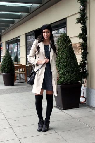 Wie kombinieren: hellbeige Trenchcoat, dunkelgraues Sweatkleid, schwarze Schnürstiefeletten aus Leder, schwarze hohe Socken