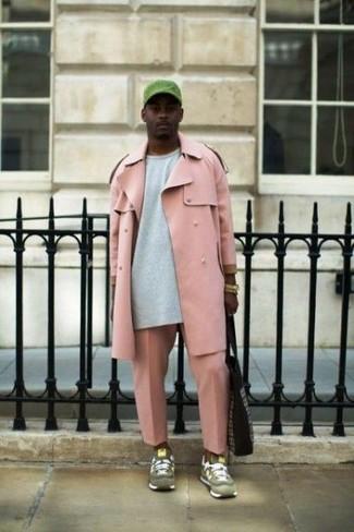 Wie kombinieren: rosa Trenchcoat, graues Sweatshirt, rosa Chinohose, olivgrüne Wildleder Sportschuhe