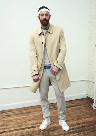 beige Trenchcoat, graues Sweatshirt, blaues bedrucktes T-Shirt mit einem Rundhalsausschnitt, graue Jogginghose für Herren
