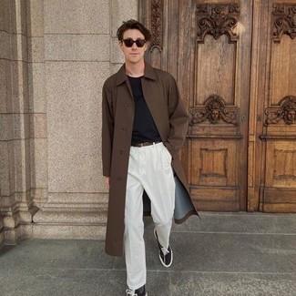 Dunkelgraue Socken kombinieren – 500+ Herren Outfits: Vereinigen Sie einen braunen Trenchcoat mit dunkelgrauen Socken für einen entspannten Wochenend-Look. Komplettieren Sie Ihr Outfit mit schwarzen und weißen Segeltuch niedrigen Sneakers.