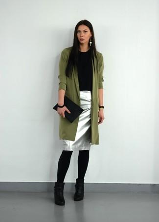 Wie kombinieren: olivgrüner Trenchcoat, schwarzes T-Shirt mit einem Rundhalsausschnitt, silberner Bleistiftrock, schwarze Leder Stiefeletten