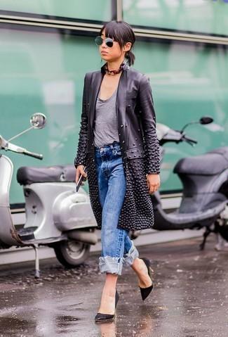 Wie kombinieren: schwarzer Leder Trenchcoat, graues T-Shirt mit einem Rundhalsausschnitt, blaue Boyfriend Jeans, schwarze Wildleder Pumps
