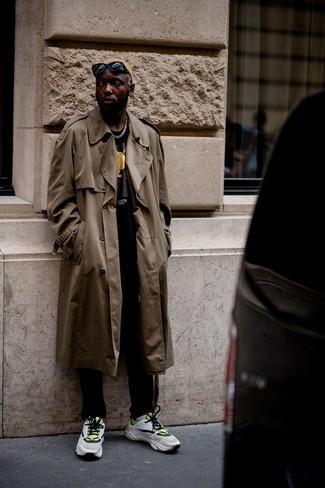 30 Jährige: Outfits Herren 2021: Erwägen Sie das Tragen von einem braunen Trenchcoat und einer schwarzen Chinohose, um einen modischen Freizeitlook zu kreieren. Suchen Sie nach leichtem Schuhwerk? Vervollständigen Sie Ihr Outfit mit weißen und grünen Sportschuhen für den Tag.