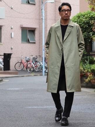 Transparente Sonnenbrille kombinieren – 500+ Herren Outfits: Entscheiden Sie sich für Komfort in einem mintgrünen Trenchcoat und einer transparenten Sonnenbrille. Fühlen Sie sich ideenreich? Entscheiden Sie sich für schwarzen Leder Derby Schuhe.