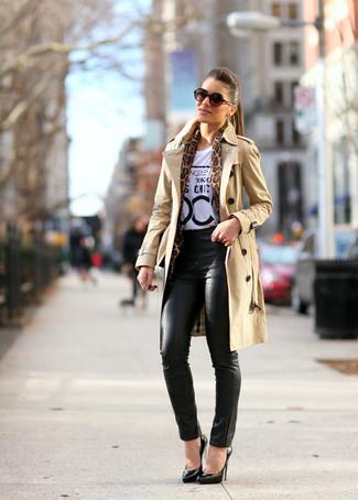 Wie kombinieren: beige Trenchcoat, weißes und schwarzes bedrucktes T-Shirt mit einem Rundhalsausschnitt, schwarze enge Hose aus Leder, schwarze Leder Pumps