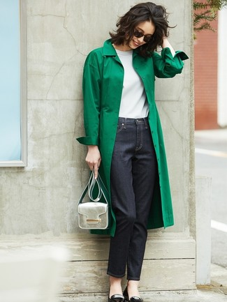 Silberne Leder Umhängetasche kombinieren: trends 2020: Probieren Sie die Kombination aus einem grünen Trenchcoat und einer silbernen Leder Umhängetasche für einen entspannten Alltags-Look. Schwarze Leder Ballerinas sind eine ideale Wahl, um dieses Outfit zu vervollständigen.