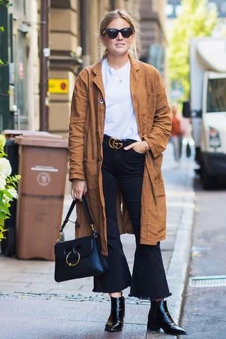 Wie kombinieren: brauner Wildleder Trenchcoat, weißes T-Shirt mit einem Rundhalsausschnitt, schwarze Schlagjeans, schwarze Leder Stiefeletten