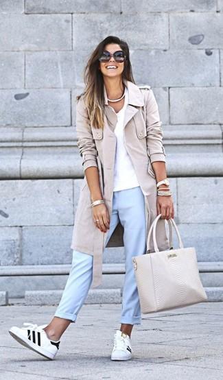 Wie kombinieren: hellbeige Trenchcoat, weißes T-Shirt mit einem V-Ausschnitt, hellblaue Chinohose, weiße und schwarze Leder niedrige Sneakers