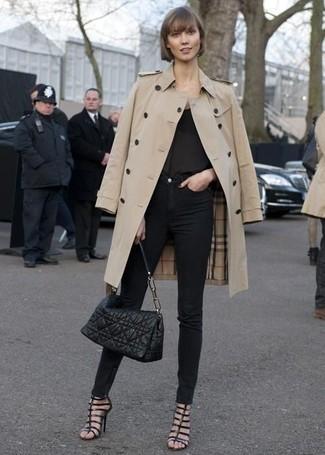 Vereinigen Sie einen Hellbeige Trenchcoat mit Schwarzen Enger Jeans, um einen schicken, glamurösen Look zu erhalten. Suchen Sie nach leichtem Schuhwerk? Komplettieren Sie Ihr Outfit mit Schwarzen Römersandalen aus Leder für den Tag.