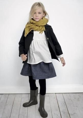 Wie kombinieren: schwarzer Trenchcoat, weißes T-shirt, dunkelgrauer Rock, dunkelgraue Gummistiefel