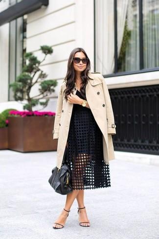 Die Kombination von einem hellbeige Trenchcoat und einem schwarzen Ausgestelltem Rock mit Lochstickerei erlaubt es Ihnen, Ihren Freizeitstil klar und einfach zu halten. Schwarze Leder Sandaletten fügen sich nahtlos in einer Vielzahl von Outfits ein.
