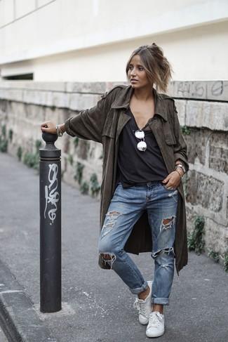 Wie kombinieren: olivgrüner leichter Trenchcoat, schwarzes Trägershirt, blaue Boyfriend Jeans mit Destroyed-Effekten, weiße Leder niedrige Sneakers