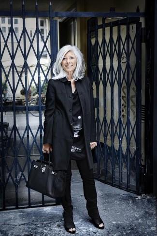 60 Jährige: Outfits Damen 2020: Starten Sie entspannt in den Tag mit der Casual-Kombi aus einem schwarzen Trenchcoat und einer schwarzen enger Hose. Schwarze Leder Stiefeletten mit Ausschnitten sind eine großartige Wahl, um dieses Outfit zu vervollständigen.