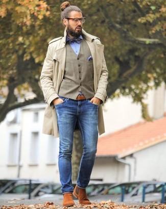 Wie kombinieren: hellbeige Trenchcoat, beige Weste, hellblaues Businesshemd, blaue enge Jeans