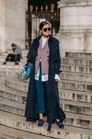Dunkelblauen Hosenrock aus Jeans kombinieren – 11 Damen Outfits warm Wetter: Probieren Sie diese Kombi aus einem schwarzen Trenchcoat und einem dunkelblauen Hosenrock aus Jeans, um einen ultralässigen, aber dennoch mühelosen Look zu kreieren. Fügen Sie dunkelblauen Leder Slipper für ein unmittelbares Style-Upgrade zu Ihrem Look hinzu.