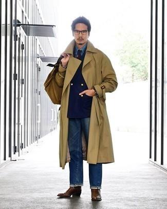 Beige Trenchcoat kombinieren – 279 Herren Outfits: Stechen Sie unter anderen modebewussten Menschen hervor mit einem beige Trenchcoat und blauen Jeans. Braune Chelsea Boots aus Leder sind eine einfache Möglichkeit, Ihren Look aufzuwerten.