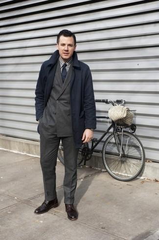 Wie kombinieren: dunkelblauer Trenchcoat, dunkelbraunes Zweireiher-Sakko, weißes und braunes Langarmhemd mit Vichy-Muster, dunkelbraune Anzughose