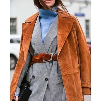 Damen Outfits & Modetrends 2020 für Herbst: Wenn Sie einen klassischen und gleichzeitig mühelosen Look zaubern müssen, macht diese Kombi aus einem rotbraunen Wildleder Trenchcoat und einem grauen Zweireiher-Sakko mit Karomuster Sinn. Dieser Look eignet sich perfekt für den Herbst.
