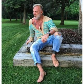 50 Jährige: Hellblaue Jeans mit Destroyed-Effekten kombinieren: trends 2020: Eine türkise horizontal gestreifte Strickjacke und hellblaue Jeans mit Destroyed-Effekten sind eine perfekte Wochenend-Kombination.