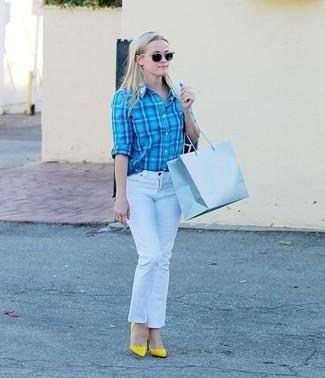 Weiße Jeans kombinieren: trends 2020: Erwägen Sie das Tragen von einem türkisen Businesshemd mit Schottenmuster und weißen Jeans, um einen interessanten, lässigen Look zu kreieren. Komplettieren Sie Ihr Outfit mit gelben Leder Pumps.