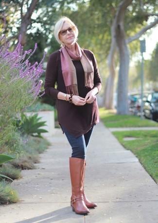 Wie kombinieren: dunkelrote Tunika, dunkelblaue enge Jeans, beige kniehohe Stiefel aus Leder, rosa Schal