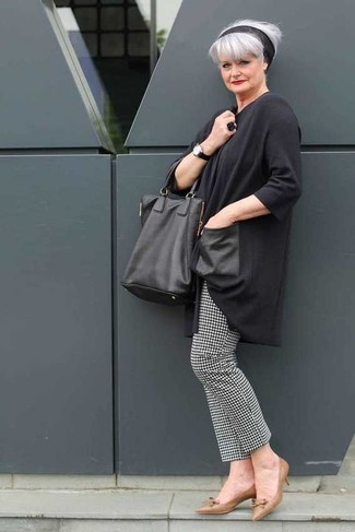 Schwarze Leder Uhr kombinieren: trends 2020: Die Kombination aus einer dunkelgrauen Tunika und einer schwarzen Leder Uhr liefert einfachen und lockeren Stil. Braune Leder Pumps fügen sich nahtlos in einer Vielzahl von Outfits ein.