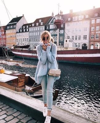 Wie kombinieren: hellblaue Strick Tunika, hellblaue enge Jeans, weiße Leder niedrige Sneakers, hellbeige gesteppte Leder Umhängetasche