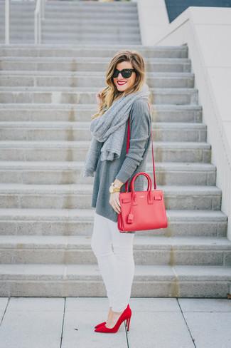 Wie kombinieren: graue Strick Tunika, weiße enge Jeans, rote Wildleder Pumps, rote Leder Umhängetasche
