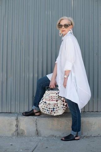 Wie kombinieren: weiße Leinen Tunika, dunkelblaue Jeans, schwarze flache Sandalen aus Leder, weiße bestickte Shopper Tasche aus Segeltuch