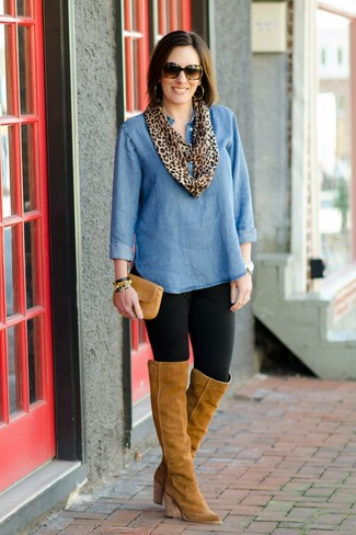 Wie kombinieren: blaue Jeanstunika, schwarze Leggings, beige Overknee Stiefel aus Wildleder, beige Leder Clutch