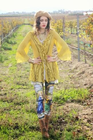 Wie kombinieren: gelbe Tunika, mehrfarbige bedruckte Leggings, braune Schnürstiefeletten aus Leder, beige Barett