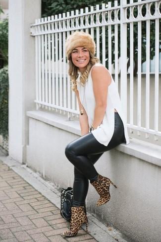 Pelzkappe kombinieren – 19 Damen Outfits: Um einen legeren Look zu schaffen, probieren Sie diese Kombi aus einer weißen Tunika und einer Pelzkappe. Beige Wildleder Stiefeletten mit Leopardenmuster sind eine kluge Wahl, um dieses Outfit zu vervollständigen.