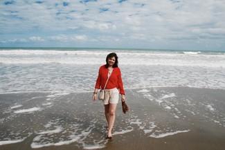 rote Tunika, hellbeige Leinen Shorts, braune flache Sandalen aus Leder, hellbeige Nylon Umhängetasche für Damen