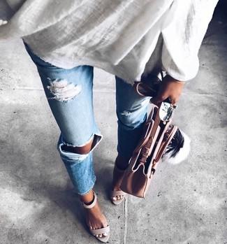Wie kombinieren: weiße Leinen Tunika, hellblaue Jeans mit Destroyed-Effekten, graue Leder Sandaletten, rosa Shopper Tasche aus Leder