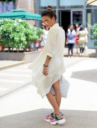 Wie kombinieren: weiße Leinen Tunika, weiße Shorts, mehrfarbige flache Sandalen aus Leder, goldene Sonnenbrille