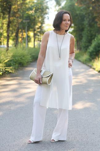 Wie kombinieren: weiße Seidetunika, weiße weite Hose, weiße Leder Sandaletten, beige Stroh Clutch