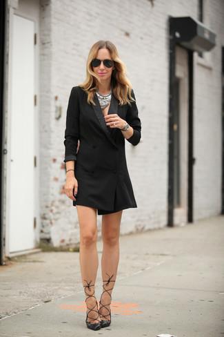 Wie kombinieren: schwarzes Tuxedokleid, schwarze Leder Pumps, schwarze Sonnenbrille, silberne Halskette