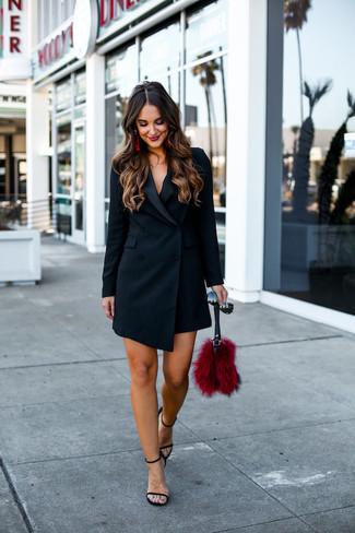 Rote Ohrringe kombinieren: trends 2020: Durch diese Paarung aus einem schwarzen Tuxedokleid und roten Ohrringen können Sie Ihrem Wochenend-Stil eine persönliche Note verleihen und immer wieder neue Outfits zusammenstellen. Dieses Outfit passt hervorragend zusammen mit schwarzen Leder Sandaletten.