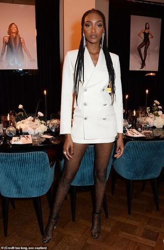 Wie kombinieren: weißes Tuxedokleid, transparente Gummi Sandaletten, silberne Ohrringe, schwarze verzierte Strumpfhose