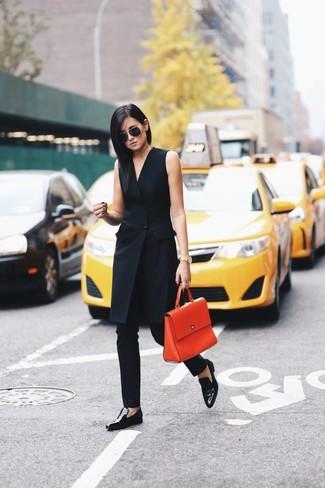 Wie kombinieren: schwarzes Tuxedokleid, schwarze enge Hose, schwarze Leder Slipper, orange Satchel-Tasche aus Leder