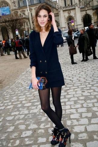 Wie kombinieren: schwarzes Tuxedokleid, schwarze bestickte Wildleder Sandaletten, blaue Leder Umhängetasche, schwarze Strumpfhose