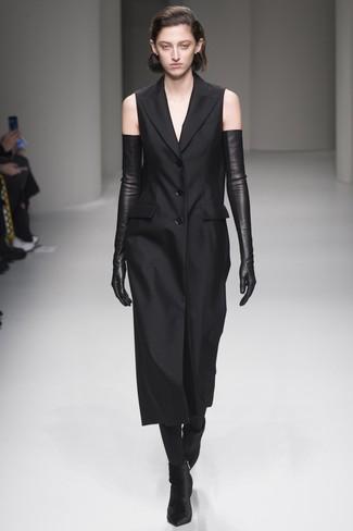 Wie kombinieren: schwarzes Tuxedokleid, schwarze Samt Stiefeletten, schwarze Leder lange Handschuhe, schwarze Strumpfhose