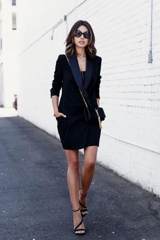 Wie kombinieren: schwarzes Tuxedokleid, schwarzes Trägershirt, schwarze Wildleder Sandaletten, schwarze Wildleder Umhängetasche