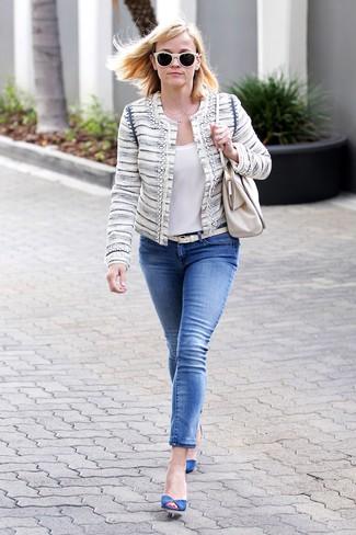 Weißes ärmelloses Oberteil aus Seide kombinieren: Probieren Sie die Kombination aus einem weißen ärmellosem Oberteil aus Seide und blauen engen Jeans, um ein modisches Outfit zu erzeugen. Dieses Outfit passt hervorragend zusammen mit blauen Wildleder Pumps.